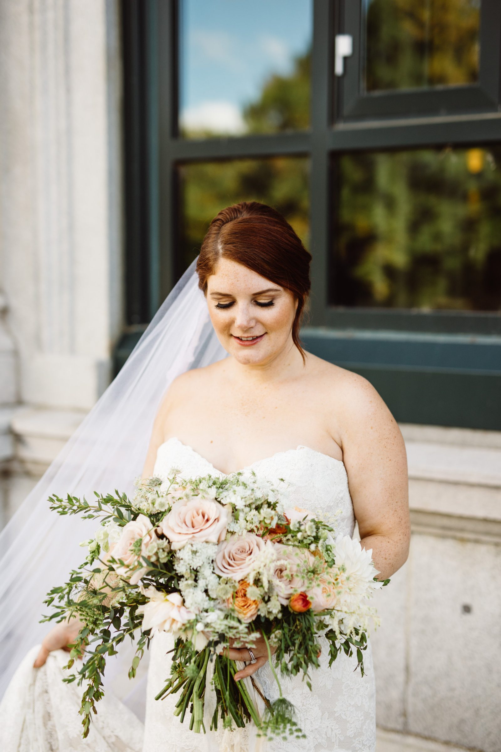Ridgeland Mansion Bride with amazing fall garden flower bouquet by Fresh Designs Florist. Photo by Ali & Paul Co