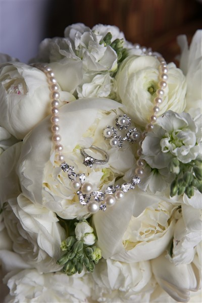 All white bridal bouquet by Fresh Designs Florist with Vera Wang necklace and Tacori engagement ring. Photo by Amy Tucker Photography